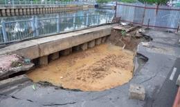"""TPHCM: Gia cố """"hố tử thần"""" trên đường Trường Sa để hạn chế sụt lún"""