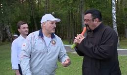 Sao phim hành động Hollywood nếm cà rốt tươi cùng Tổng thống Belarus