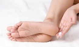Vì sao bị nứt gót chân?