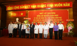 Thủ tướng Nguyễn Xuân Phúc thăm, chúc mừng nhân viên y tế nhân ngày Thầy thuốc Việt Nam 27/2