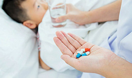 Hạ sốt cho trẻ thế nào để tránh ngộ độc thuốc?