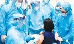 Hàng trăm cán bộ y tế, người tham gia chống dịch tiêm vắc-xin ngừa COVID-19
