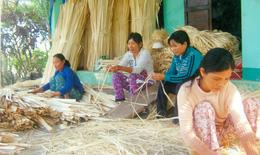 Rủ nhau đan giỏ để thoát nghèo