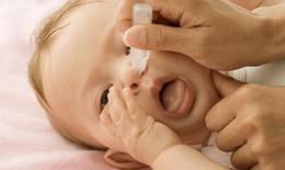 Bé 2 tuổi bị ngộ độc vì uống nhầm thuốc nhỏ mũi