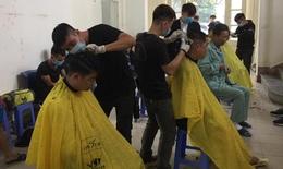 Cắt tóc miễn phí cho bệnh nhân ngay tại bệnh viện