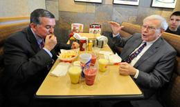 Giá để được ăn trưa với tỷ phú Warren Buffett xác lập kỷ lục mới