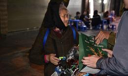 Nhóm học sinh Hà Nội chia sẻ yêu thương với những người lao động nghèo