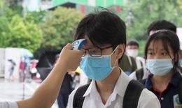 Thí sinh tới phòng thi vào lớp 10 an toàn trong thời tiết mưa mát