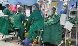11 giờ đồng hồ cho cuộc đại phẫu bóc tách khối u nền sọ