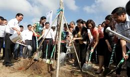 Trồng cây tại khu di tích đường Hồ Chí Minh trên biển và trao tặng sữa Vinamilk tại Bến Tre