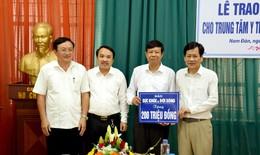 Báo Sức khỏe&Đời sống trao tặng 200 triệu đồng mua TTBYT cho Trung tâm y tế huyện Nam Đàn, Nghệ An