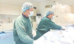 Cứu sống bệnh nhân sốt xuất huyết bị loét dạ dày bằng keo sinh học