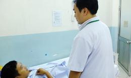 Liên tiếp phẫu thuật nội soi 3 trường hợp thủng ruột do nuốt tăm xỉa răng, xương cá