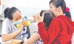 Trẻ em và người già đổ bệnh do nắng nóng