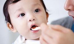 Có cần cho con uống vitamin và khoáng chất bổ sung?