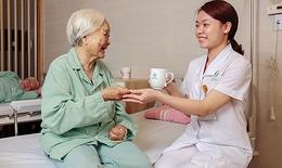Những lưu ý  khi dùng thuốc cho người cao tuổi tại nhà