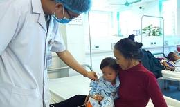 Gắp dị vật hạt cườm trong tai bé gái 24 tháng tuổi