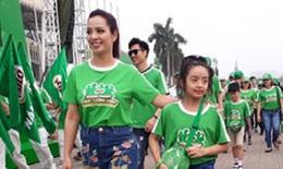 Người mẫu Thúy Hằng, đạo diễn Trần Lực đi bộ cổ vũ lối sống năng động