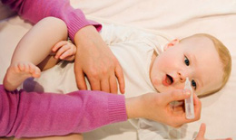 Tiến sĩ Tai Mũi Họng: Sai lầm khi dùng nước muối sinh lý rửa mũi cho con hàng ngày