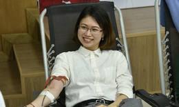 Hàng trăm y bác sĩ hiến máu cứu người bệnh trong ngày Thầy thuốc VN