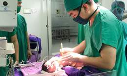 """Trẻ sơ sinh có dạ dày, quai ruột """"chui"""" lên lồng ngực"""