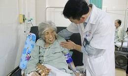 Cụ ông 100 tuổi gãy xương may mắn thoát nằm liệt giường nhờ kỹ thuật này
