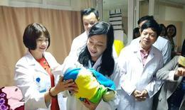 """Bộ trưởng y tế thăm, động viên các y bác sĩ """"đón Tết"""" trong bệnh viện"""
