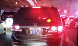 Xôn xao thông tin xe biển xanh đâm lái xe ôm bất tỉnh rồi bỏ chạy?