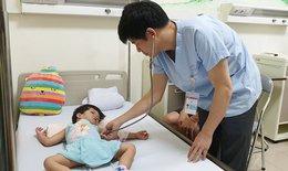 Em bé người Lào bị bệnh tim có nguy cơ chết trước 10 tuổi được bác sĩ Việt Nam cứu sống thần kỳ