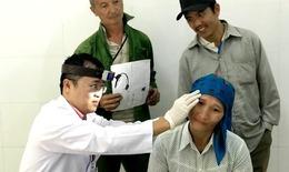 Bác sĩ vượt đường xa đến khám bệnh miễn phí cho bà con nghèo