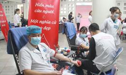 Giữa dịch COVID-19, hàng nghìn nhân viên y tế vẫn hiến máu cứu người