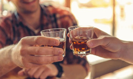 Quy định mới: Hạn chế hình ảnh diễn viên uống rượu, bia trong điện ảnh