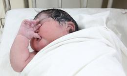Kỷ lục: Bé gái sơ sinh chào đời với cân nặng 6kg