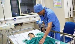 Cột bê tông đè gãy xương đùi bé trai 3 tuổi