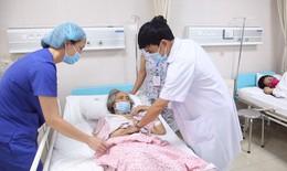 """Cụ bà liệt nửa người, nhiều bệnh nền """"đeo"""" 2 khối u cực lớn"""