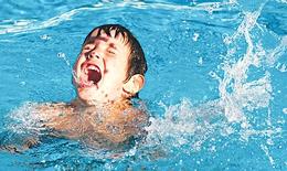 4 trẻ đuối nước khi tắm biển, xem ngay video để thoát nạn