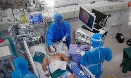 Vất vả nội soi giải phóng đờm cho bệnh nhân COVID-19 nặng