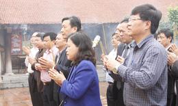 Thứ trưởng Bộ Y tế Nguyễn Thị Xuyên dâng hương tưởng niệm đại danh y Thiền sư Tuệ Tĩnh
