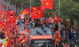 U23 Việt Nam trở về trong 'rừng cờ' từ người hâm mộ