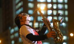 Nghệ sĩ saxophone Trần Mạnh Tuấn biểu diễn tại bệnh viện dã chiến thu dung số 3