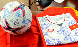 Đấu giá quả bóng, áo có chữ ký các cầu thủ vô địch AFF Cup để gây quỹ hỗ trợ người nghèo đón tết