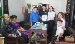 Tặng thẻ BHYT cho hai con của nữ công nhân tử vong trên đường Láng- Hà Nội
