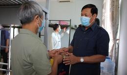 Thứ trưởng Bộ Y tế thăm và động viên người dân tại khu cách ly phòng dịch COVID-19