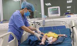 Mẹ nhỏ nhầm cồn methanol vào mũi, bé 8 tháng tuổi phải lọc máu liên tục