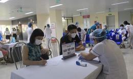 Người dân đến điểm tiêm chủng vắc xin COVID-19 theo giờ hẹn để đảm bảo giãn cách