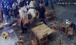 Kinh hoàng nhóm côn đồ cầm mã tấu xông vào quán nhậu đập phá, hành hung nhân viên