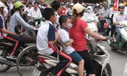 Khó xử phạt vi phạm không đội mũ bảo hiểm cho trẻ em