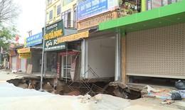 """Hà Nội: Sơ tán khẩn 12 hộ dân tránh xa """"hố tử thần"""" rộng 30m, sâu 5m"""