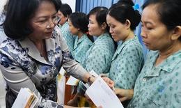 Phó Chủ tịch nước Đặng Thị Ngọc Thịnh chúc Tết và tặng quà bệnh nhân ung thư
