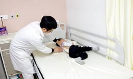 """""""Sửa"""" cong vẹo cột sống cho bệnh nhi 3 tuổi"""